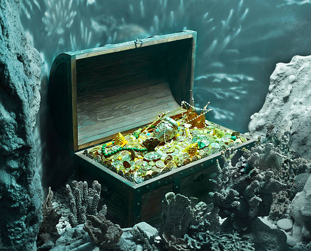Treasure chest full of gold under the sea underwater treasure sunken stock pictures, royalty-free photos & images