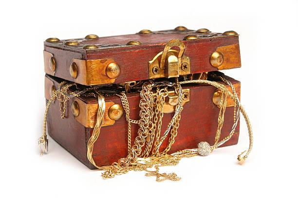 schatzkiste - goldgefüllte kette stock-fotos und bilder