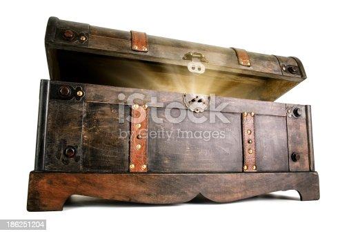 istock Treasure chest reveals a luminous secret 186251204