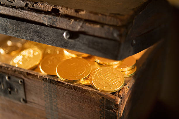 treasure chest with gold coins close-up - gömülü stok fotoğraflar ve resimler