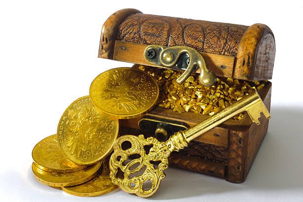 schatzkiste mit gold - goldgefüllte kette stock-fotos und bilder