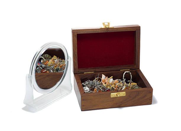 schatzkiste mit spiegel - goldgefüllte kette stock-fotos und bilder