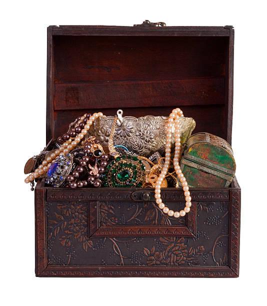 treasure badeshorts mit schmuck - goldgefüllte kette stock-fotos und bilder