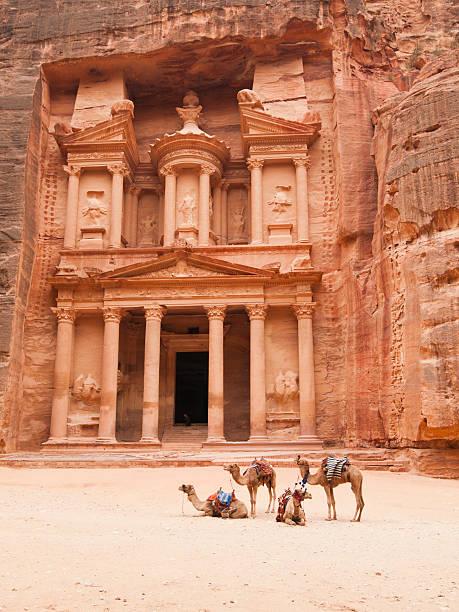 treasury building, petra, jordanie - jordan photos et images de collection
