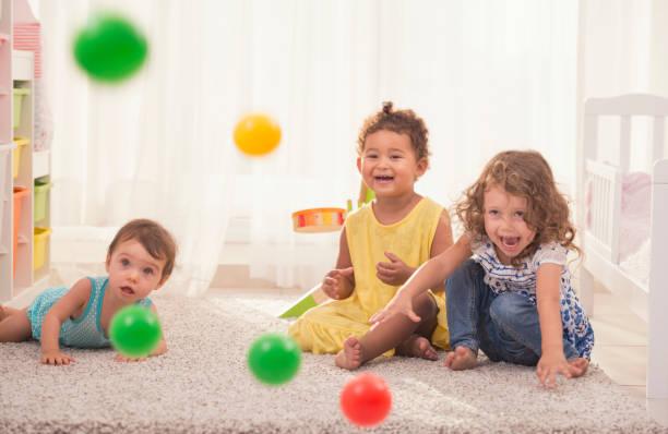 baum-spielerische mädchen spaß zusammen zu hause. - mädchenraum vorhänge stock-fotos und bilder