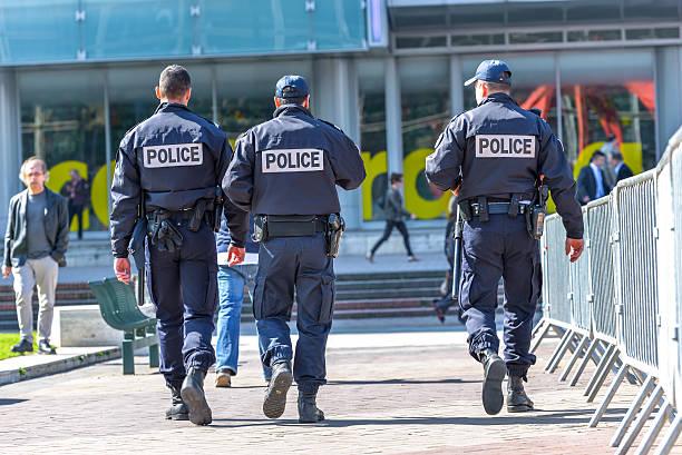 tree police officers walking in the street – Foto