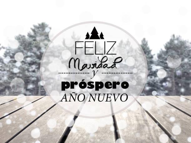baum schnee bokeh und frohe weihnachten text auf spanisch - handschriftliche typografie stock-fotos und bilder