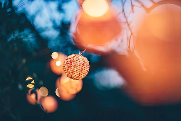 árvores decorados com luzes coloridas - lanterna - fotografias e filmes do acervo