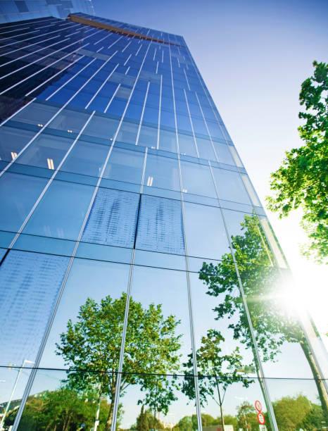木を反映する建物 - 緑 ビル ストックフォトと画像