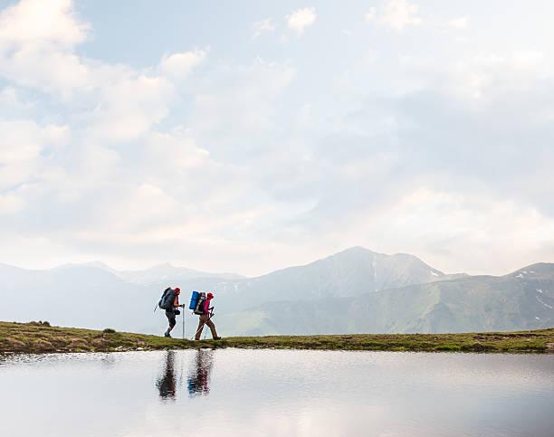 Wanderer zu Fuß in einem clear lake in den Bergen – Foto