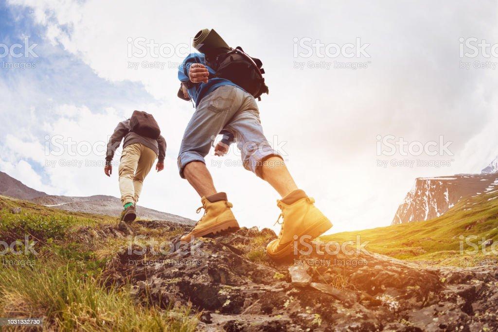 Turistas de concepto dos trekking a pie de las montañas - foto de stock