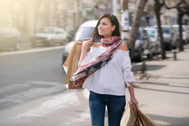 trend-süchte - damen jeans sale stock-fotos und bilder