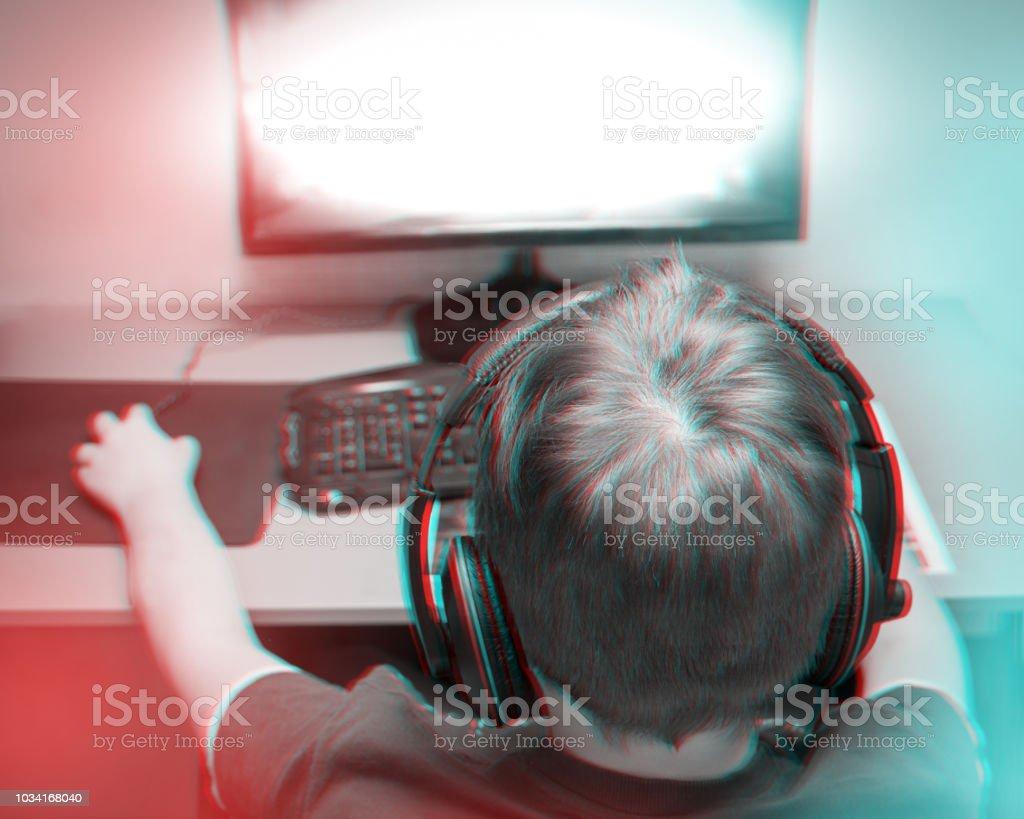 ec6c5bebca47 Efeito de Anaglyph 3d na moda  Adolescente jogando um jogo de computador em  casa usando