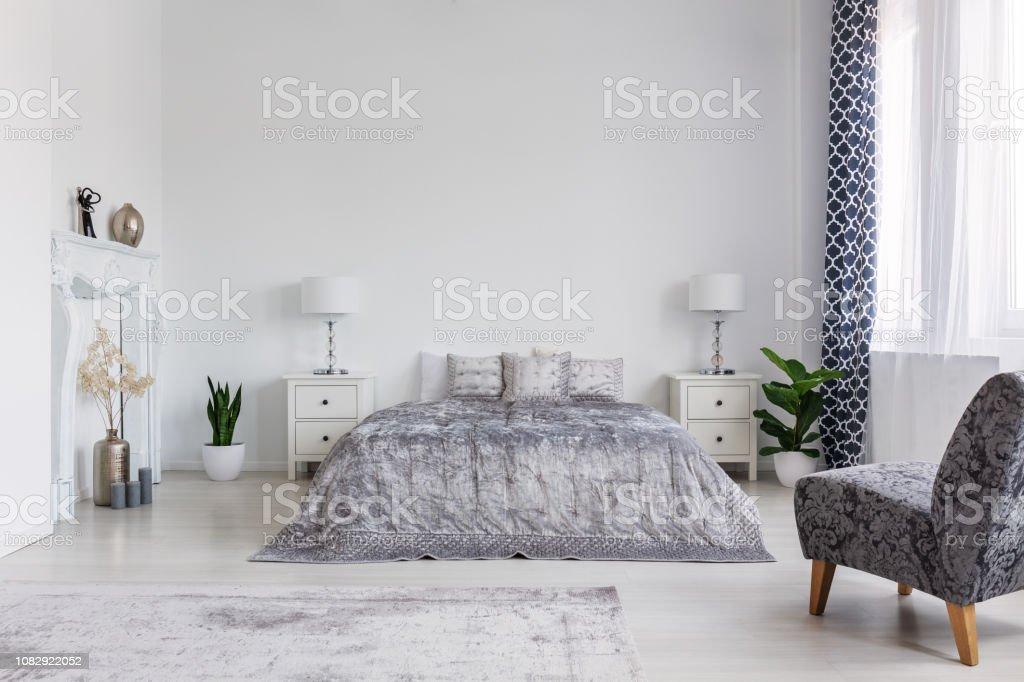 Trendige Sessel Im Schlafzimmer Ausgelegt Im New Yorker Stil ...