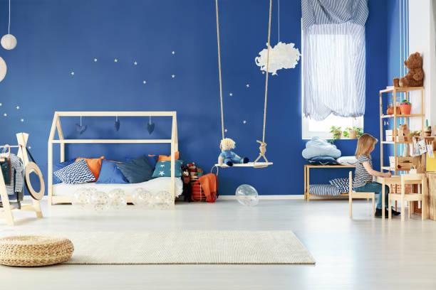 trendige kinderzimmer mit tisch - marineblau schlafzimmer stock-fotos und bilder