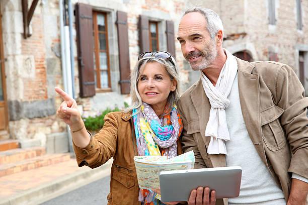 Trendige Paar mit tablet beim Besuch der Stadt – Foto