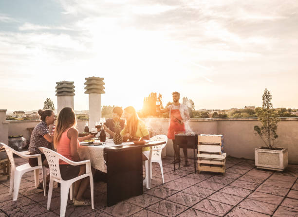 Amis branchés ayant barbecue party sur le dessus de l'accent de Main - les gens heureux faire dîner bbq extérieur - toit sur femme avec un t-shirt jaune - Fun, l'été, concept de mode de vie et d'amitié de ville - Photo