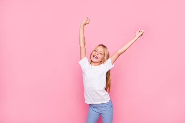 trendige funtime freizeit erholung entspannen lifestyle-konzept. porträt von niedlich schöne süße liebenswert fröhlich aufgeregt zart sanfte freudige herrliche unbeschwerte mädchen hände oben isoliert auf rosa hintergrund - erfolgreich wünschen stock-fotos und bilder