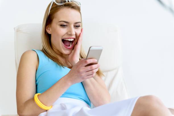 trendige mädchen lächelnd während gestikulierend geschenkkarton - zum totlachen stock-fotos und bilder