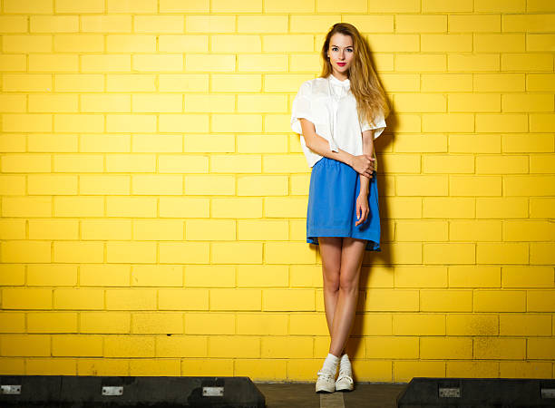 Trendige Hipster Mädchen in der Wand – Foto