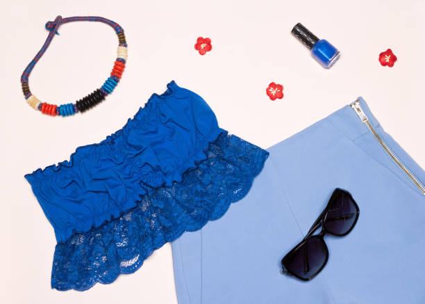trendige frauen sommeroutfit in blau - spitzen crop tops stock-fotos und bilder