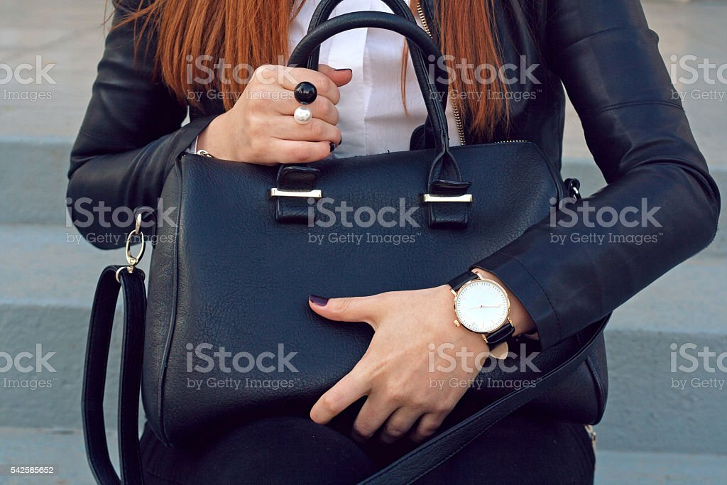 Trendy young girl holding big black handbag street - foto de stock