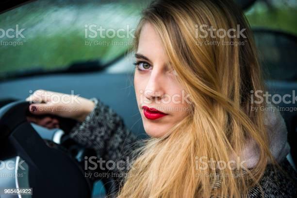 Modna Młoda Kobieta Siedzi W Samochodzie Z Otwartymi Drzwiami Nogami - zdjęcia stockowe i więcej obrazów Blezer