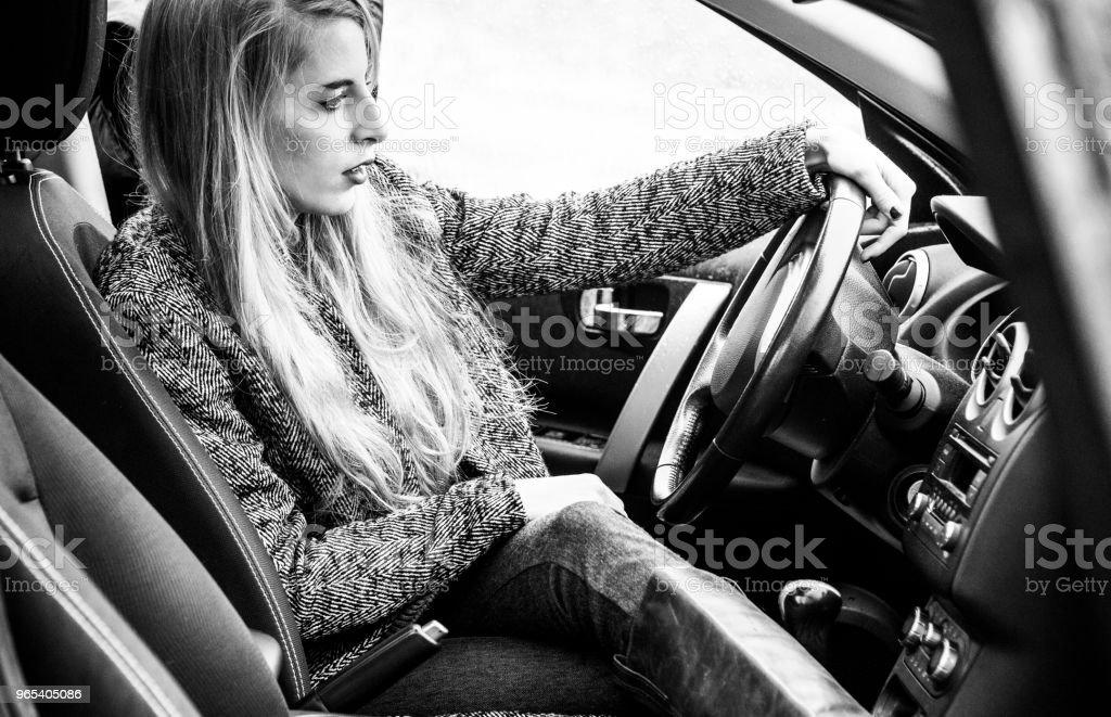 Trendige junge Frau sitzt in einem Luxus-Auto. - Lizenzfrei Auto Stock-Foto