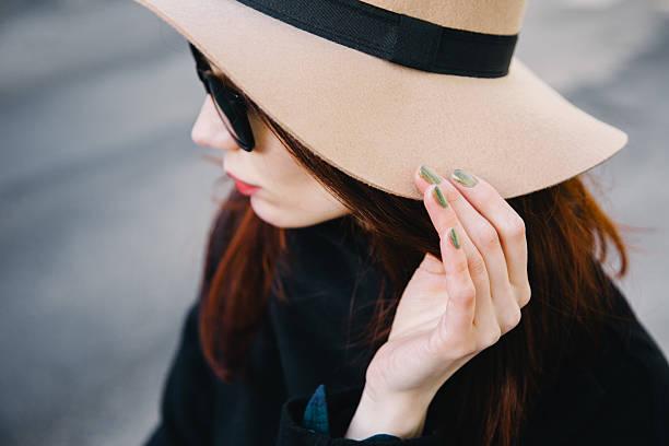 trendy young woman wearing wool hat - herbst nagellack stock-fotos und bilder