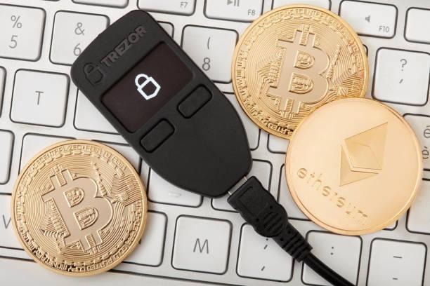 黄金 bitcoin コインと ethereum キーボードの cryptocurrency の Trezor ハードウェア財布 ストックフォト