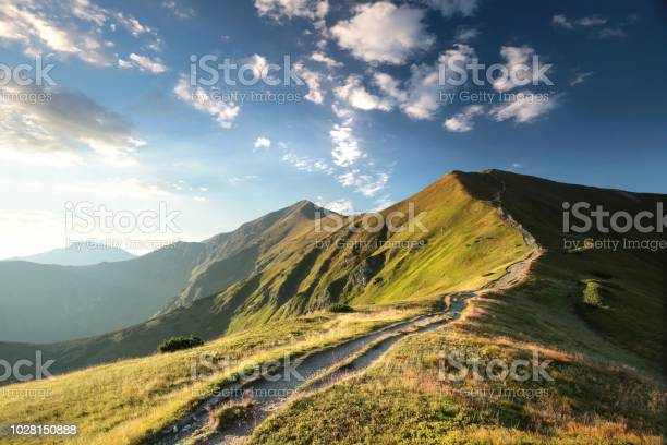 Trial To The Peak In Tatra Mountains - Fotografias de stock e mais imagens de Amanhecer