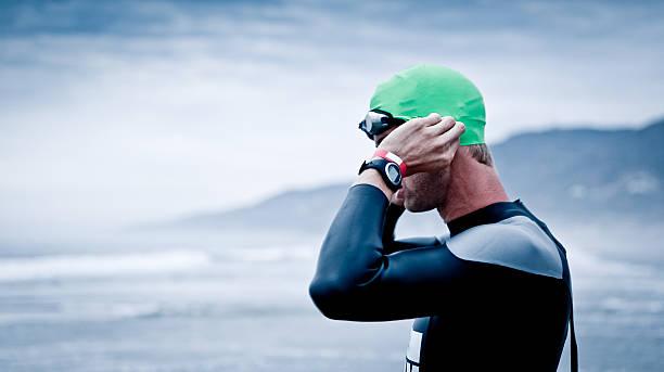 Triatleta preparando para una piscina de aguas abiertas - foto de stock