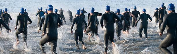 Triatlón nadadores corriendo en Ocean-XXL - foto de stock