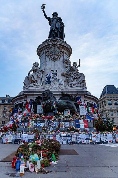 charlie hebdo hommage aux victimes sur la place de la république - république photos et images de collection