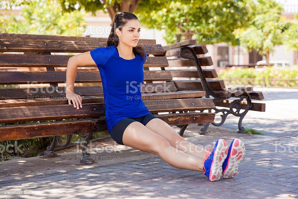 Trizeps dips auf einem park bench - Lizenzfrei 2015 Stock-Foto