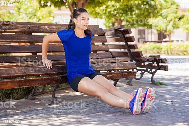 Trizeps Dips Auf Einem Park Bench Stockfoto und mehr Bilder von 2015