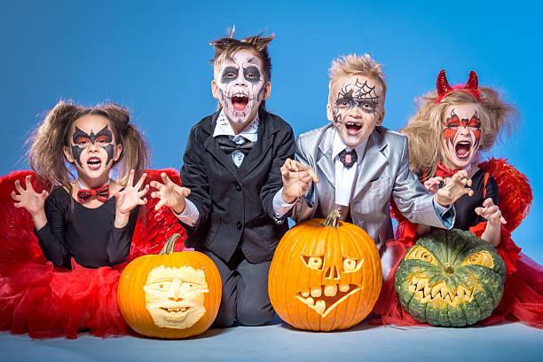 süßes oder saures-halloweenspruch, uns etwas gutes essen wollen! - teufel schminken stock-fotos und bilder