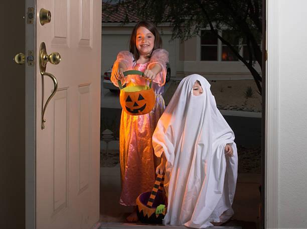 süßes oder saures-halloweenspruch! - geist kostüm stock-fotos und bilder