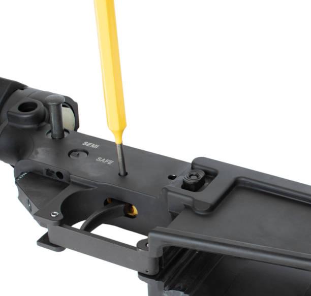 Trigger, der auf einem AR-15 entfernt wird – Foto