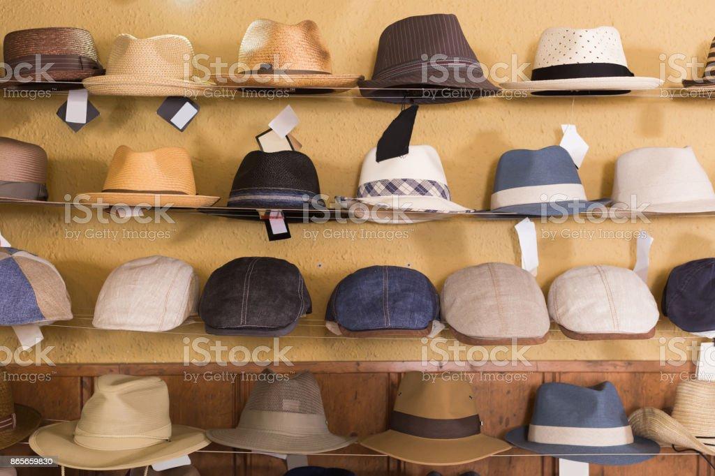 chapéus de feltro e Panamá pendurado na prateleira na loja comercial foto  royalty-free 28a13f7bb36