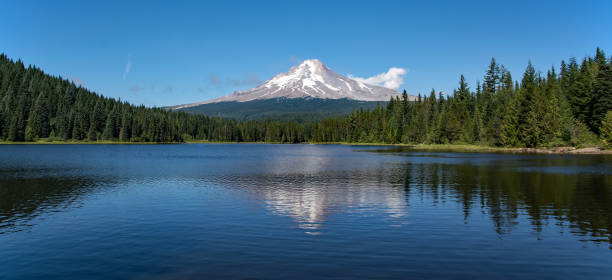 Trillium Lake and the south face of Mt Hood in Oregon Trillium Lake mt hood stock pictures, royalty-free photos & images