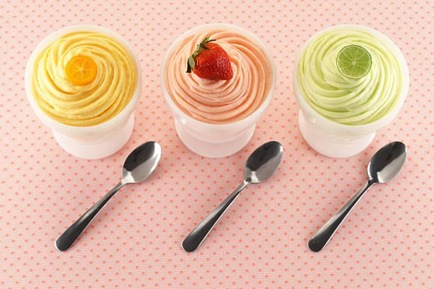 trio of fruity dessert mousses - 冷凍乳酪 個照片及圖片檔