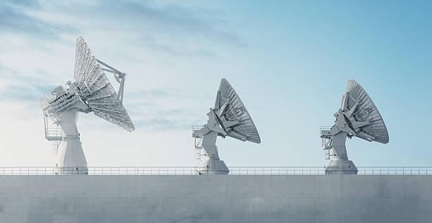 trio di piatti satellitare - radar foto e immagini stock