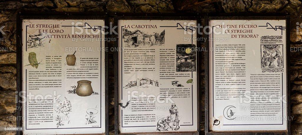 Triora, Italia. Informazioni placche raccontare la storia delle streghe - foto stock