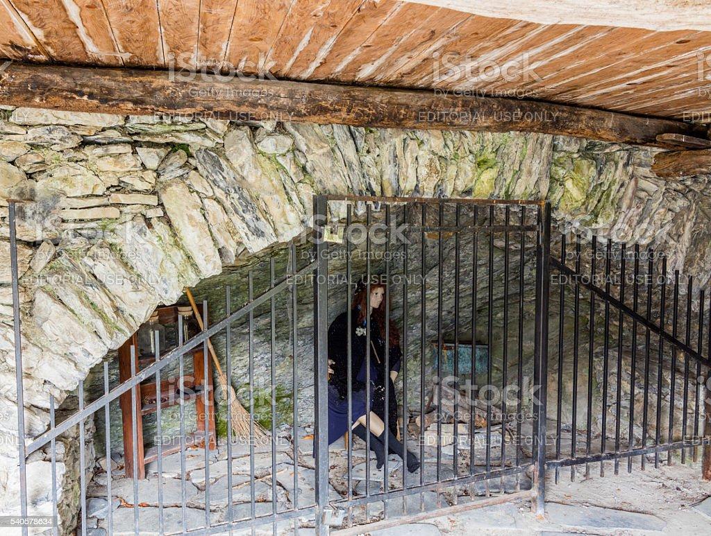 Triora, Italia. Manichino che rappresenta una strega incarcerati - foto stock