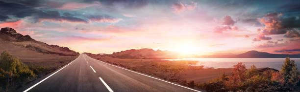 Trip Road-Landschaft mit Autobahn bei Sunrise – Foto