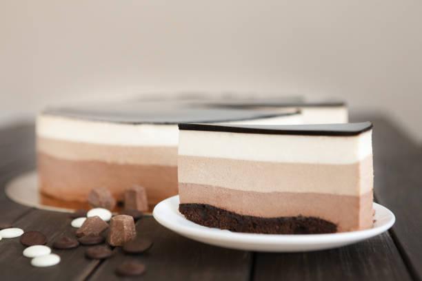 dreischicht schokolade mousse torte mit glasur - schokoladen käsekuchen törtchen stock-fotos und bilder