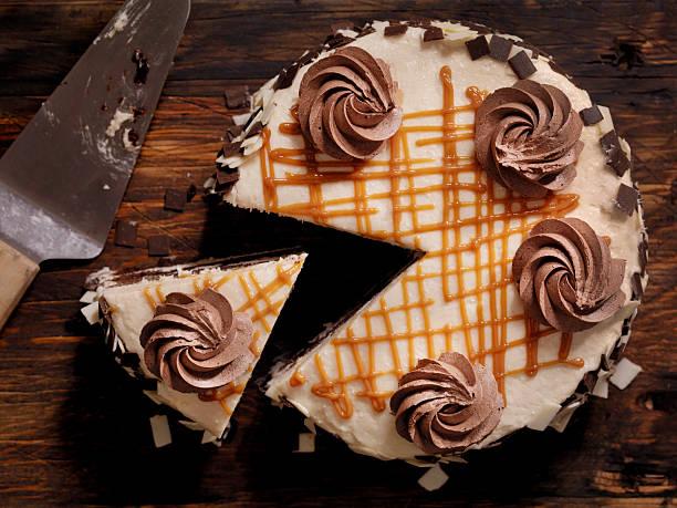 triple layer chocolate caramel cake - кусок торта стоковые фото и изображения