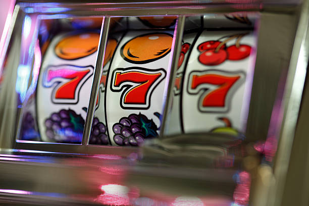 A Triple Seven Jackpot on a vintage slot machine Slot machine winner 777 number 7 stock pictures, royalty-free photos & images