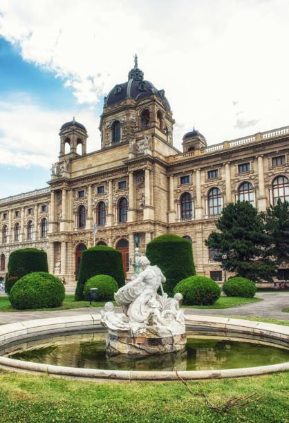tritonen und najaden statue an das naturhistorische museum in wien, österreich - kunsthistorisches museum wien stock-fotos und bilder